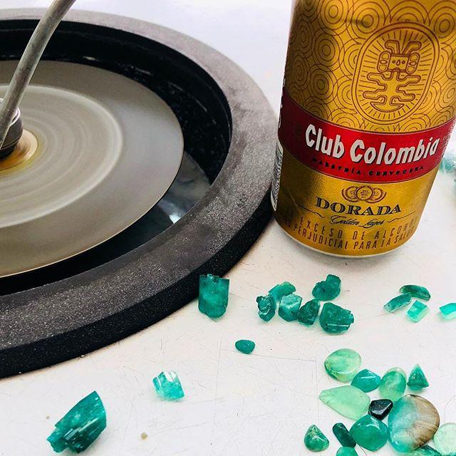 ビールを飲みながら、エメラルドをイジる金曜の午後。今晩の飛行機でコロンビアを発ちます。