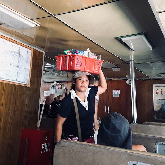 バリに戻って来て一週間も経たず、Moyo島にvacation。UbudからPadangbai車で45分、そしてフェリーに乗ってます。30年前の高松-宇野のフェリーにタイムトリップ。