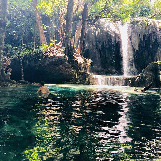 島の真ん中にある滝で水浴び。海はものすごい透明度。水の豊富な島で農業も盛ん。